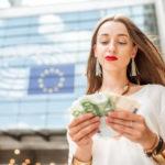Vrouw met euro's geld vast